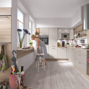 W tej kuchni modne szarości przenikają się z naturalnym ciepłym drewnem. Fot. Nobilia