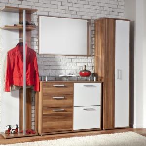System Ari to połączenie bieli oraz drewna. Na tle ściany wykończonej cegłą prezentuje się bardzo elegancko. Fot. BRW