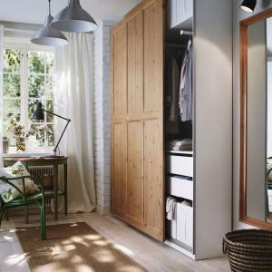 System do przedpokoju Pax. Wąska rama sprawia, że szafa idealnie sprawdza się w małych pomieszczeniach. Fot. IKEA