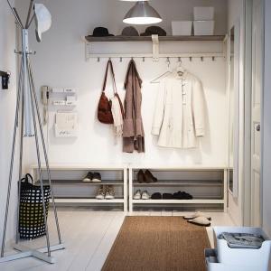 Ława na buty Tjusig w kolorze białym. Dedykowana jest małym, nieustawnym wnętrzom. Fot. IKEA