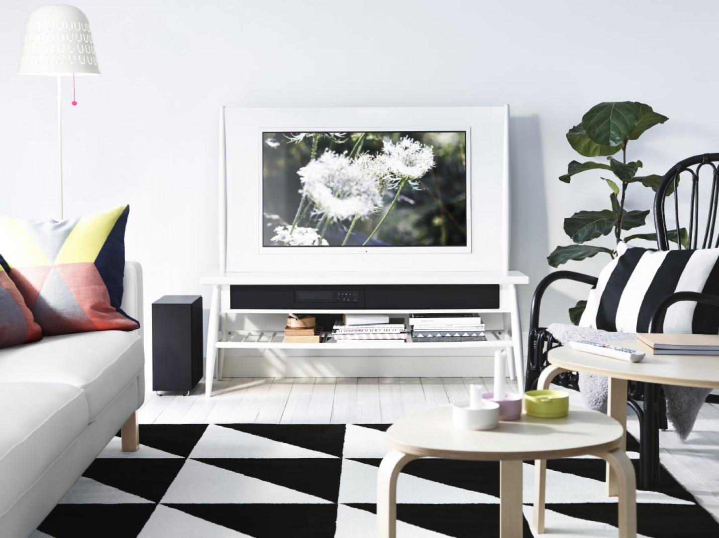 Odbiornik audio powinien być ustawiony na odpowiedniej wysokości. Zapewni to funkcjonalna szafka RTV. Fot. IKEA