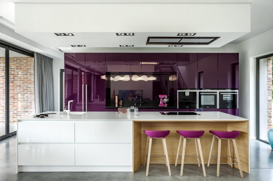 Program Z1 to kuchnia nowoczesna i niezwykle funkcjonalna. Połączenie bieli i fioletu na wysoki połysk sprawiło, że aranżacja jest wyjątkowo stylowa. Fot. Zajc Kuchnie