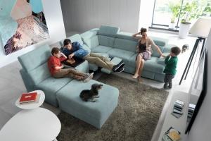 Sofa w salonie. Modne narożniki modułowe
