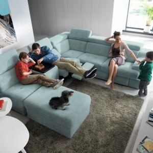 Belluno to nowoczesna linia mebli modułowych, pozwalająca budować zróżnicowane układy sof, które zakończone niskimi dostawkami w kształcie ruchomych puf.  Fot. Gala Collezione