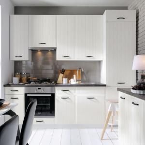 Kuchnia Domin. Białe fronty przyciągają wzrok pionowymi frezami, które zgrabnie uzupełniają grafitowe uchwyty. Fot. Black Red White