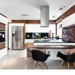 Kuchnia Brick II doskonale łączy w sobie biel i naturalne drewno. Choć oba te materiały są kontrastujące, w tej aranżacji przenikają się, dopełniając się wzajemnie. Fot. Vigo Meble