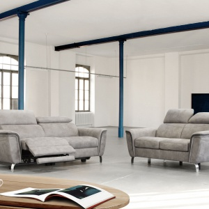 Zestaw Byron łączy komfort i funkcjonalność mebli tapicerowanych z interesującym designem, wspartym najnowszymi rozwiązaniami konstrukcyjnymi. To propozycja, która doskonale wpisze się w stylistykę nowoczesnego, minimalistycznego salonu. Fot. Emmohl