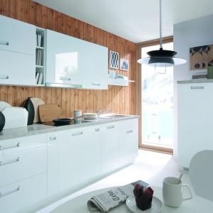 Kuchnia Tafne to modna aranżacja w wersji total look. Biała, lakierowana na wysoki połysk. Fot. Black Red White