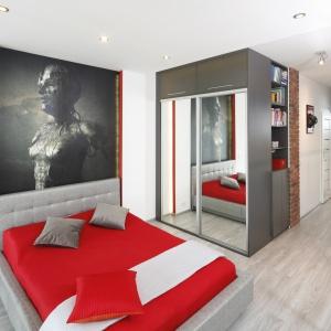 Elegancka sypialnia zaaranżowana w szarościach. Styl wnętrza wyznacza ściana za łóżkiem, która jest bardzo dekoracyjna. Projekt: Monika Olejnik. Fot. Bartosz Jarosz