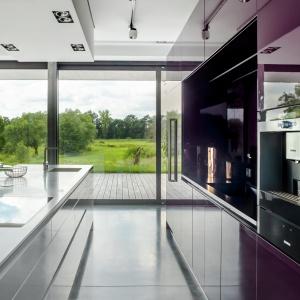 Ciemny, granitowy blat pięknie podkreśla kolorowe, minimalistyczne fronty kuchenne. Na zdjęciu: kuchnia Z. Fot. Zajc Kuchnie