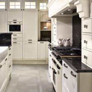 Kamień dodaje rustykalnej kuchni wykwintności. Można go stosować także na ścianach. Na zdjęciu: kuchnia Bristol. Fot. Kuchnie Halupczok