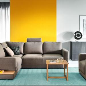 Narożnik Mod ma nowoczesną stylistykę. Siedzisko może być zakończone wygodną półeczką. Fot. Etap Sofa