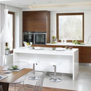 Biała wyspa rozjaśnia kuchenne wnętrze i jednocześnie sprawia, że jest ono bardziej funkcjonalne. Projekt: Piotr Stanisz. Fot. Bartosz Jarosz