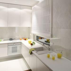 Dobrym pomysłem na poprawienie proporcji kuchni jest jednolita biel. Projekt Katarzyna Merta-Korzniakow. Fot. Bartosz Jarosz