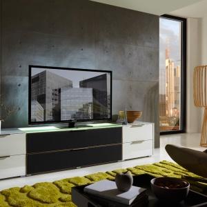 Nowoczesna kolekcja Median, z tkaniną akustyczną daje kompleksowe możliwości urządzenia multimedialnego salonu. Fot. Black Red White