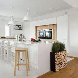 Kuchnia Kruppe to nowoczesne meble w bieli, z delikatną domieszką drewnia. Nie tylko na wysokiej zabudowie, ale również w postaci dekoracyjnych pieńków. Fot. Meble Vigo