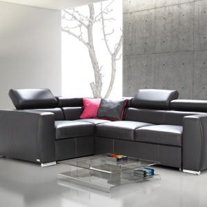 """Designerskie chromowane nóżki zastosowane w sofie """"Vento"""" (Caya Design) współgrają z masywną bryłą mebla i stanowią dodatkowy element dekoracyjny. Fot. Caya Design"""