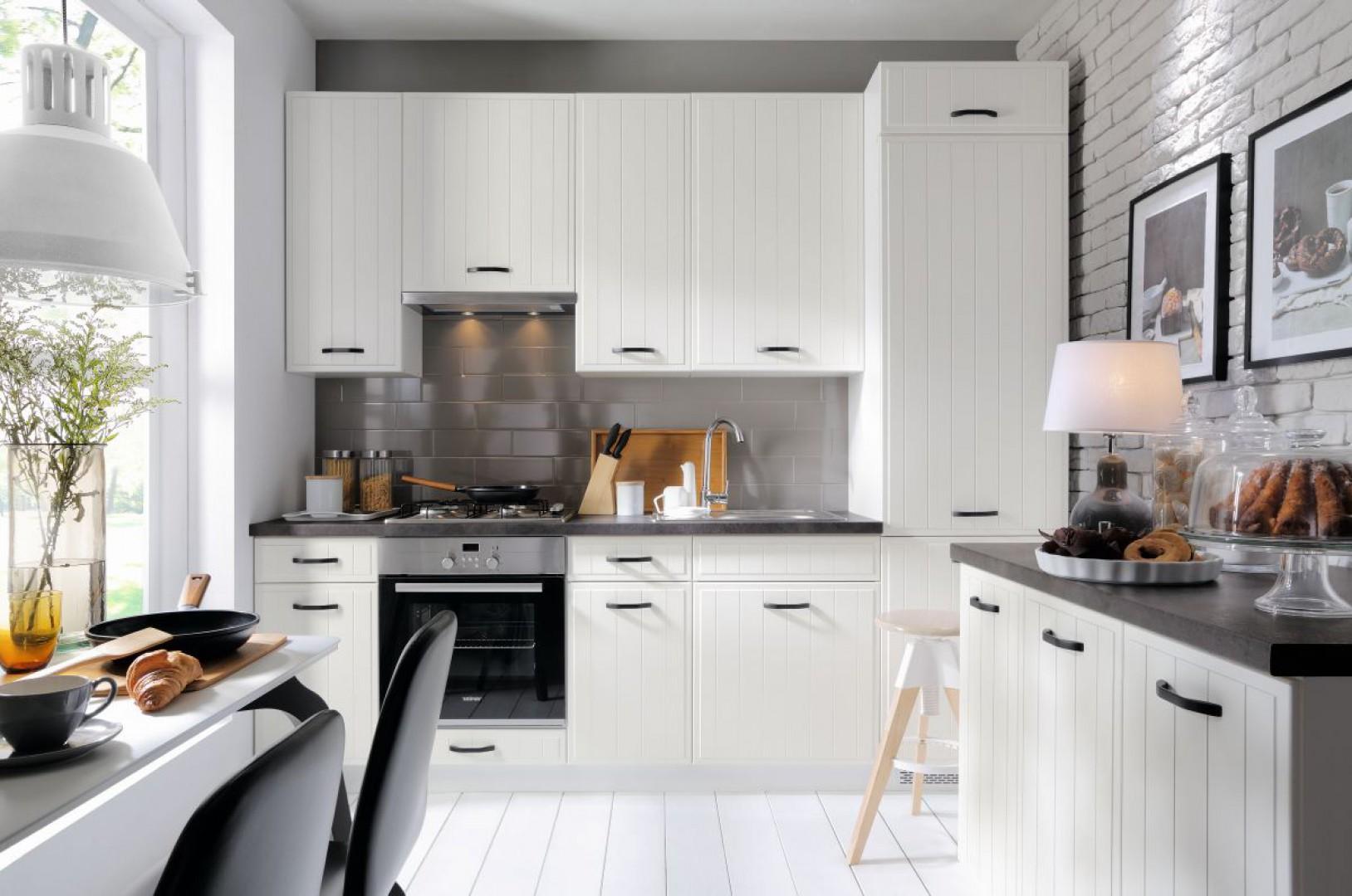 Kuchnia Domin ma jasną kolorystykę, nawiązującą do stylizacji skandynawskich. Rozjaśni wnętrze i doda mu blasku. Fot. Black Red White