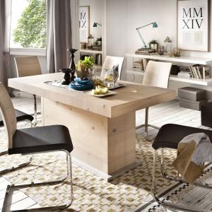 Krzesła na metalowych płozach mają nowoczesną stylistykę. Fot. Paged