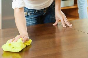 Zobacz jak właściwie czyścić drewniane meble