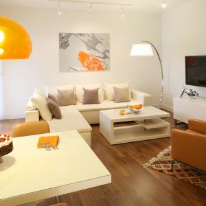 Biały salon naturalnie będzie wydawał się większy. Projekt: Małgorzata Galewska. Fot. Bartosz Jarosz