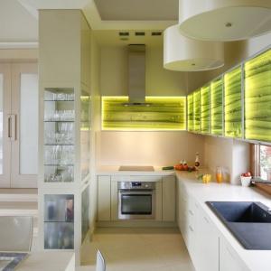Podświetlane fronty to ciekawe urozmaicenie wąskiej kuchni. Projekt: Małgorzata Borzyszkowska. Fot. Bartosz Jarosz