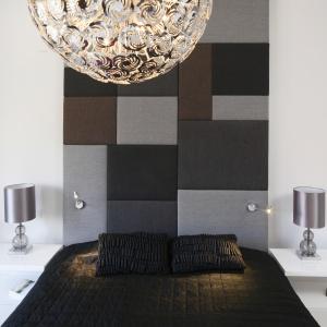 Styl sypialni wyznacza panel, którym wykończono ścianę za łóżkiem. Białe meble idealnie dopełniają aranżacyjną całość. Projekt: Agnieszka Piltz. Fot. Bartosz Jarosz