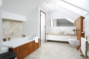 Nowoczesna łazienka. Pomysły na białe meble