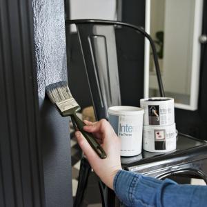 Flügger Trend Editon - Wysokiej jakości dekoracyjna farba w kolorze złota, srebra lub miedzi do użytku wewnętrznego i zewnętrznego na czystych, nowych i nie kredujących powierzchniach. Fot. Flügger