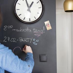 Wystarczy grunt, farba i pędzel, a otrzymamy własną tablicę magnetyczną. Plany treningów i harmonogram wynoszenia śmieci, zawsze na właściwym miejscu. Twoje dziecko zyska miejsce do malowania, a Ty nie będziesz już musiał wieszać rysunków pociechy na lodówce – wystarczy magnes i tablica. Fot. Flügger