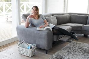 Sofa w salonie. Świetne modele z funkcją relaksu