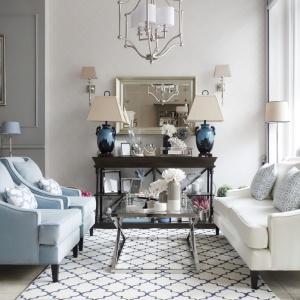 Wnętrza w stylu Hampton są delikatne i wyciszające. Dominują w nich jasne kolory i stylowe, nieco klasyczne dodatki. Fot. Mint Grey