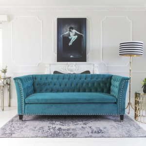 Kolorowa sofa to świetny sposób na mocny akcent w salonie. Fot. The French Bedroom
