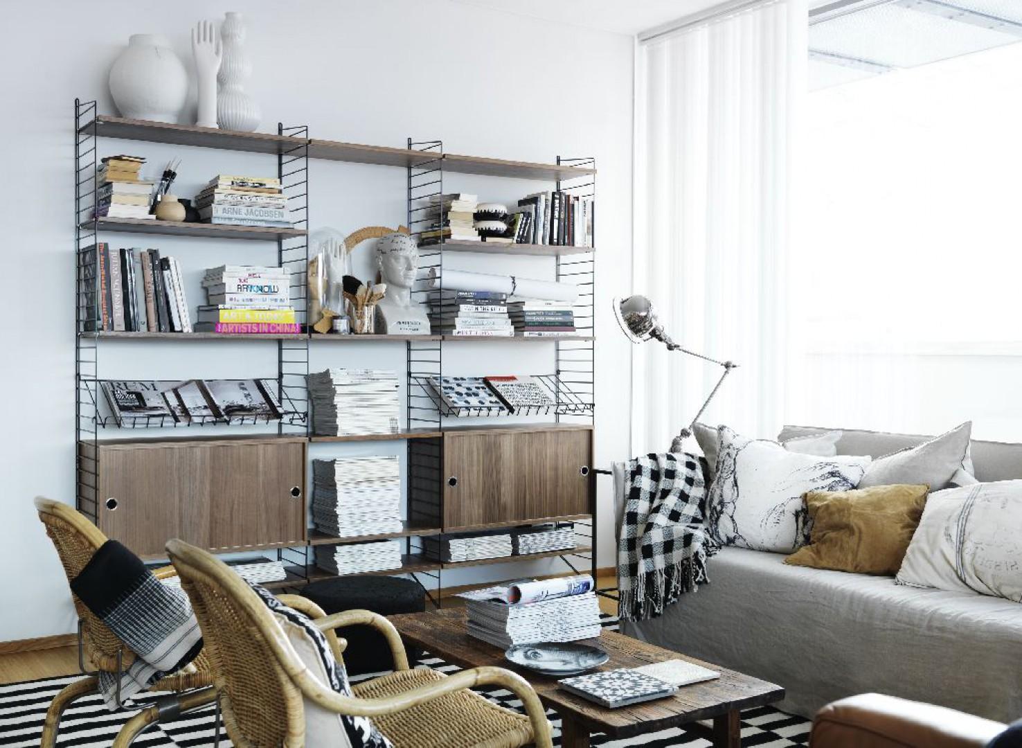 Regał z metalowych prętów to modny skandynawski element wyposażenia wnętrza można na nim przechowywać książki lub dekoracje. Fot. String