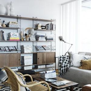 Regał z metalowych prętów to modny skandynawski element wyposażenia wnętrza. Można na nim przechowywać książki lub dekoracje. Fot. String