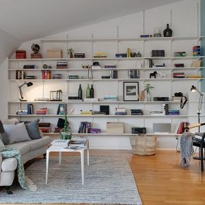 Półki na ściane potrafią stworzyć niepowtarzalną aranżację. Umieszczone na metalowych wspornikach będą stanowiły nowoczesną ozdobę wnętrza. Fot. Alvhem Makleri