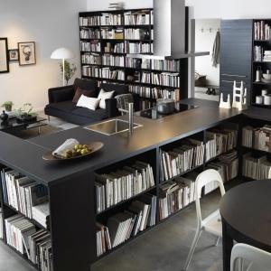 Półki na książki zostały zlokalizowane w dolnej części szafek okalających przestrzeń kuchenną. Fot. IKEA
