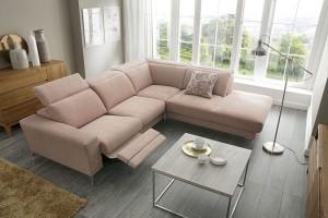 Sofa w salonie. Modele w kolorze różu