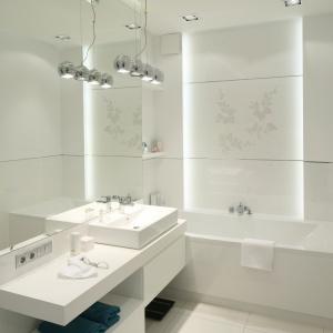 Biel jest doskonałym kolorem do małej łazienki. Nie tylko będzie wydawała się większa, ale również czystsza. Projekt: Anna Maria Sokołowska. Fot. Bartosz Jarosz