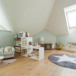 Jasna kolorystyka ścian może być bazą do różnokolorowych dekoracji. Warto również pozostawić dzieciom możliwie dużo wolnej przestrzeni, aby miały się gdzie bawić. Fot. Muppetshop