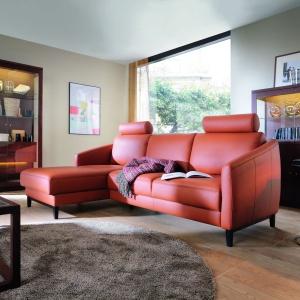 Sofa Linea. Wyróżnikiem wzorniczym kolekcji są wąskie podłokietniki, ozdobna, drewniana listwa boczna, drewniane nóżki oraz dostępne w opcji walcowate zagłówki. Fot. Bydgoskie Meble