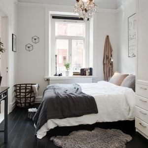 Biel w sypialni można ożywić dodatkami w różnych kolorach. Najważniejsze jednak, aby do wnętrza docierało dużo światła. Fot. Alvem Makleri