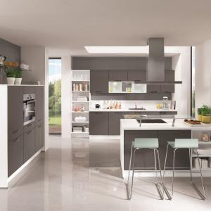 Białe korpusy i szare fronty w kuchni firmy Nobilia. Fot. Nobilia