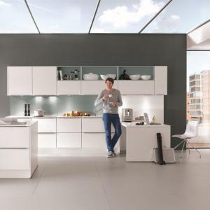 Otwarte półki są ozdobą samą w sobie. W nowoczesnej kuchni warto je wyeksponować. Fot. Nobilia