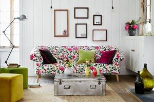 Kolorowy salon. Zobacz piękne, kwiatowe tkaniny meblowe