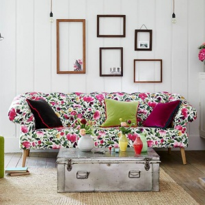 Sofa otulona kwiatową tkaniną wprowadzi do salonu przytulność i ciepło. Fot. Długa showroom