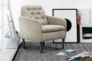 Stylowy fotel z pikowanym oparciem