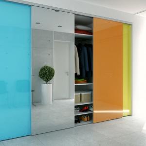 Kolorowe fronty urozmaicają prostą formę szafy Heliodor. Fot. Komandor