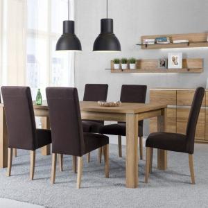 Kolekcja Torino stanowi połączenie elegancji i nowoczesnego designu, podkreślonych w każdym detalu. Masywne komody, witryny, szafki wiszące i stojące zwracają uwagę rysunkiem naturalnego, olejowanego drewna dębowego. Fot. Szynaka Meble