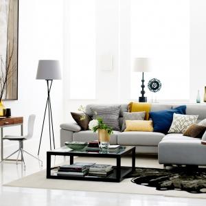 Stoliki na metalowej podstawie, ze szklanym blatem idealnie uzuzpełnią nowoczesny salon. Fot. DFS Furniture